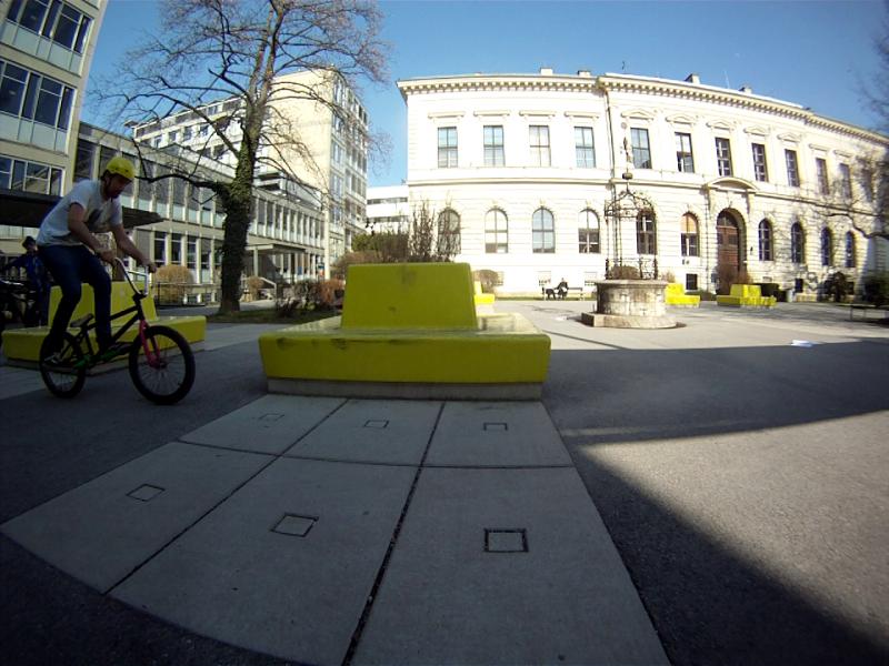 Gleich wie bei so vielen Tricks fährt man zentral auf dem Bike an. Die Geschwindigkeit sollte ausreichen um den Grind durchführen zu können. Am Besten langsam herantasten!