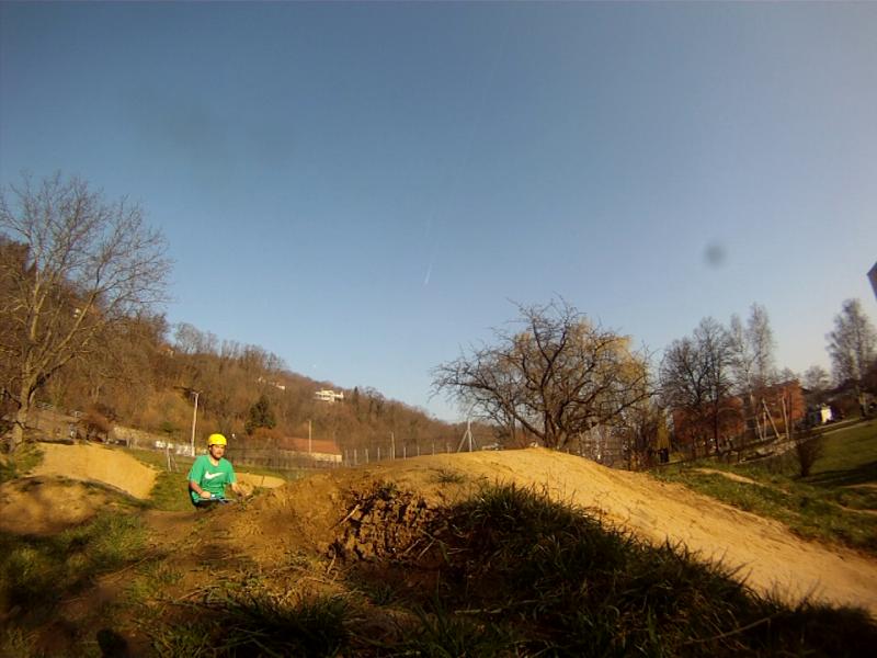 Zum Üben des No Hands sucht ihr euch einen Sprung über den ihr auch blind springen könntet. Wenn man den Jump gut kennt, tut man sich auch bei Tricks leichter. Ich nehme dazu einen kleinen Double  auf unseren Trails in Graz, Österreich.