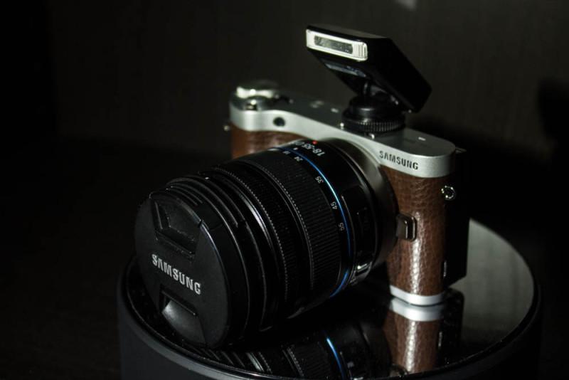 Samsung NX300M Frontansicht.