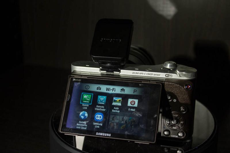 Samsung NX300M mit Aufsteckblitz.