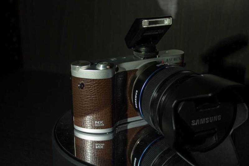 Samsung NX300M mit Sonnenblende.