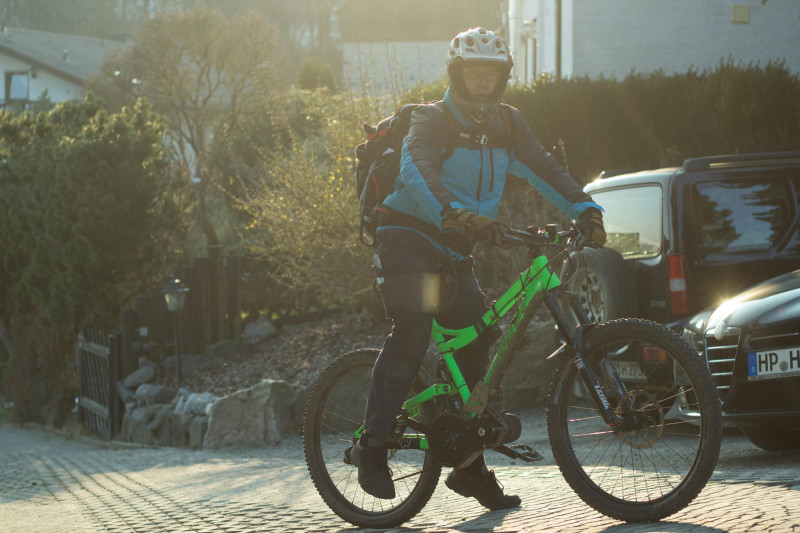 Bike samt Fahrer und Akku im Rucksack.