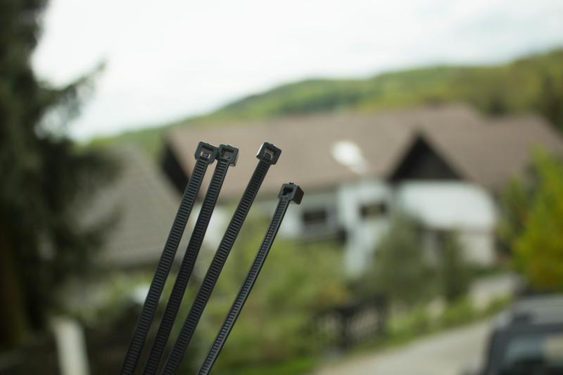 Die mitgelieferten Kabelbinder des Mudcatchers von Bike Components.