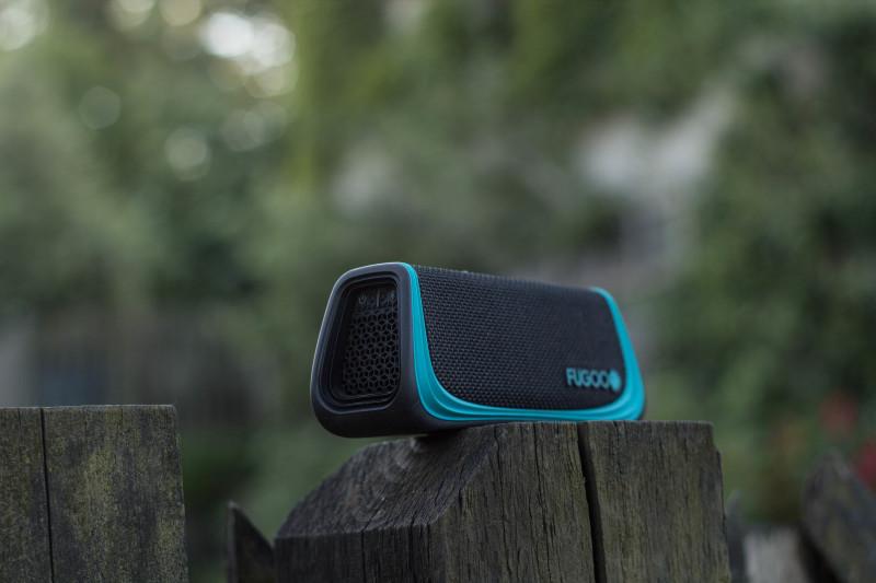 Fugoo Sport Speaker mit Blau Schwarzer Hülle.