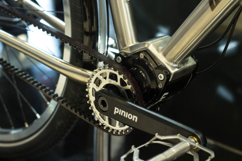 Ein Pinion Getriebe samt Riemenantrieb ersetzt am Van Nicholas Titanbike die Rohloffnabe.