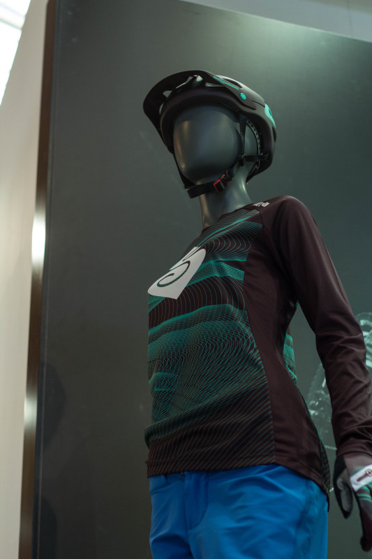 Auch hier sind Jersey und Helm farblich perfekt abgestimmt.....