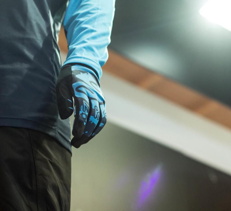Ride Free! - Das Tatoo von Makken auf den Signatur Handschuhe von Sweet Protection