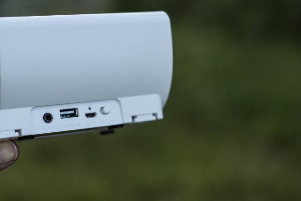 Neben dem Klinkenanschluss findet sich auch ein USB-Port welcher das Laden des Smartphones oder anderen Geräten ermöglicht.
