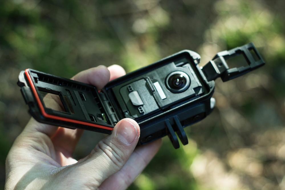 Das innere der Garmin Virb XE - Hier finden sowohl Akku und Micro SD Karte platz als auch die Zusätze welche ein Beschlagen der Linse verhindern sollen.