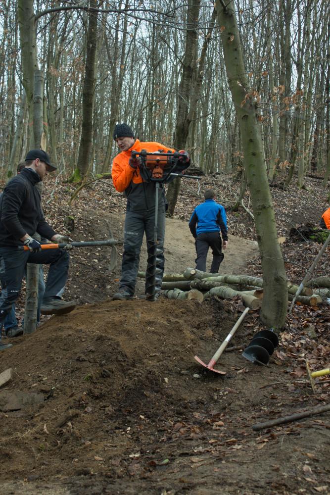 Die Stützen für die jeweiligen Absprünge wurden mithilfe eines Erdbohrers tief in der Erde vergraben, das hält!