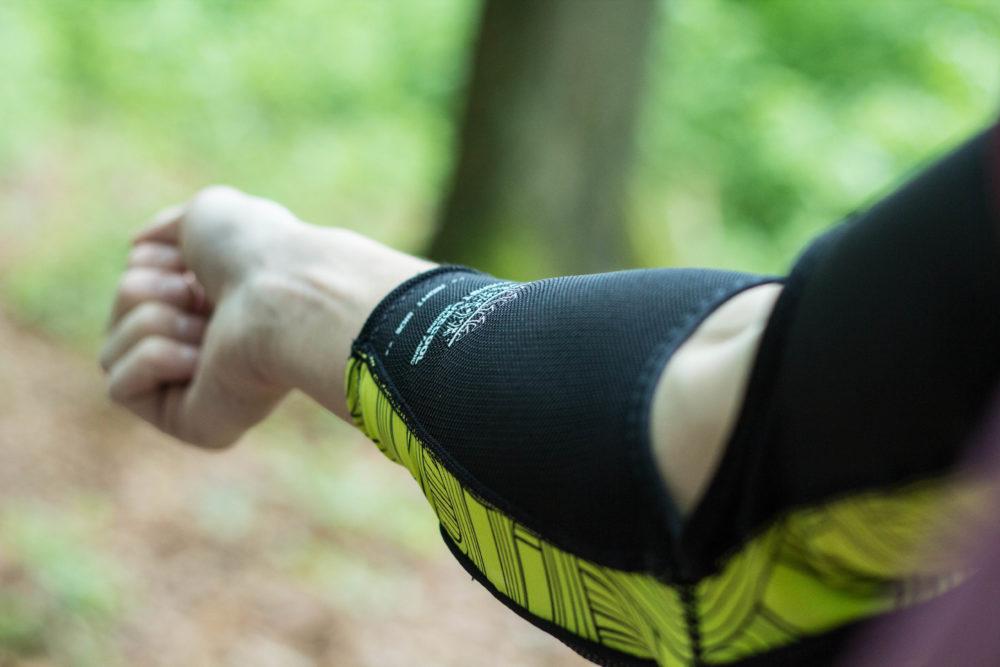 Auch am Ellenbogen sorgen elastische, dehnbare Materialien für einen guten Halt
