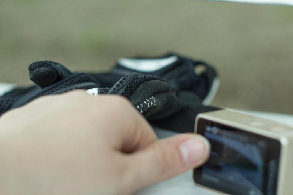 Die Handschuhe zieht man zur Bedienung des Touchscreens besser aus.