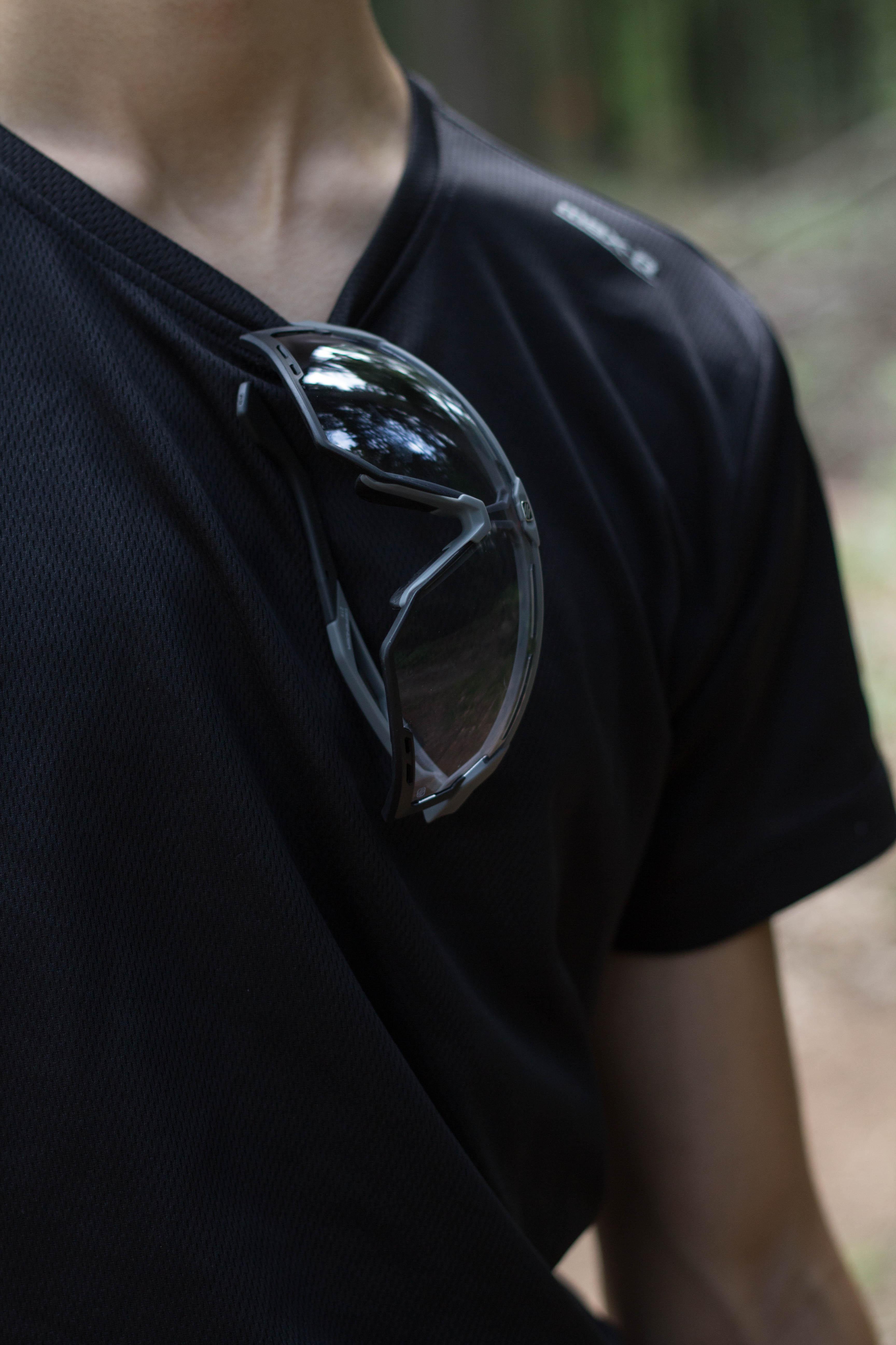 Vorsicht! - Aufgrund der leichtgängigen Bügel fällt die Brille aus dieser Position sehr leicht